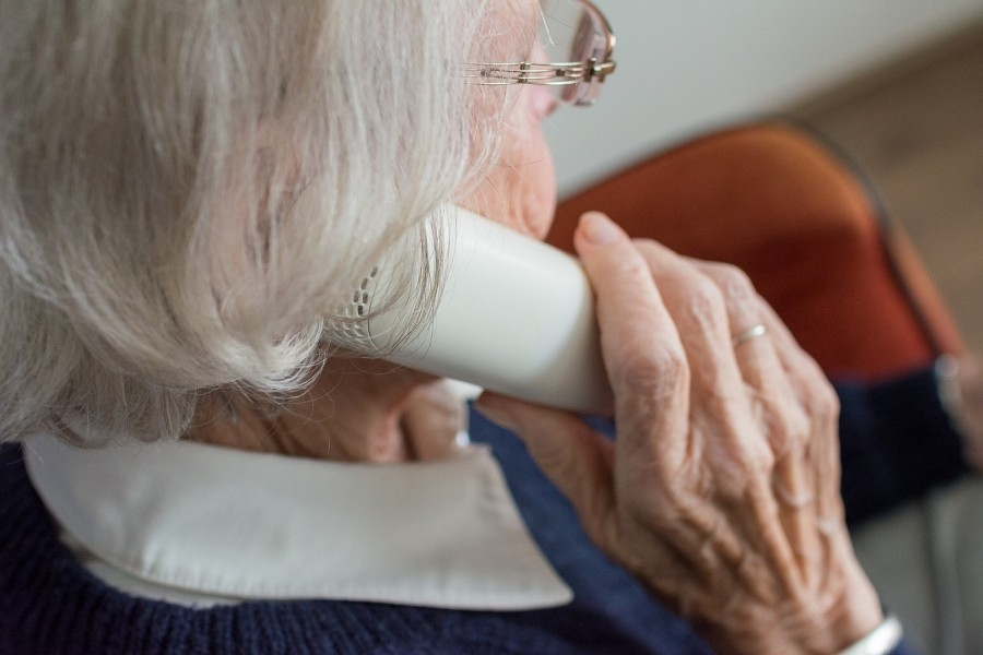 Ältere Dame am Telefon. Beratung für Senioren, Seniorendienste. - Pixabay