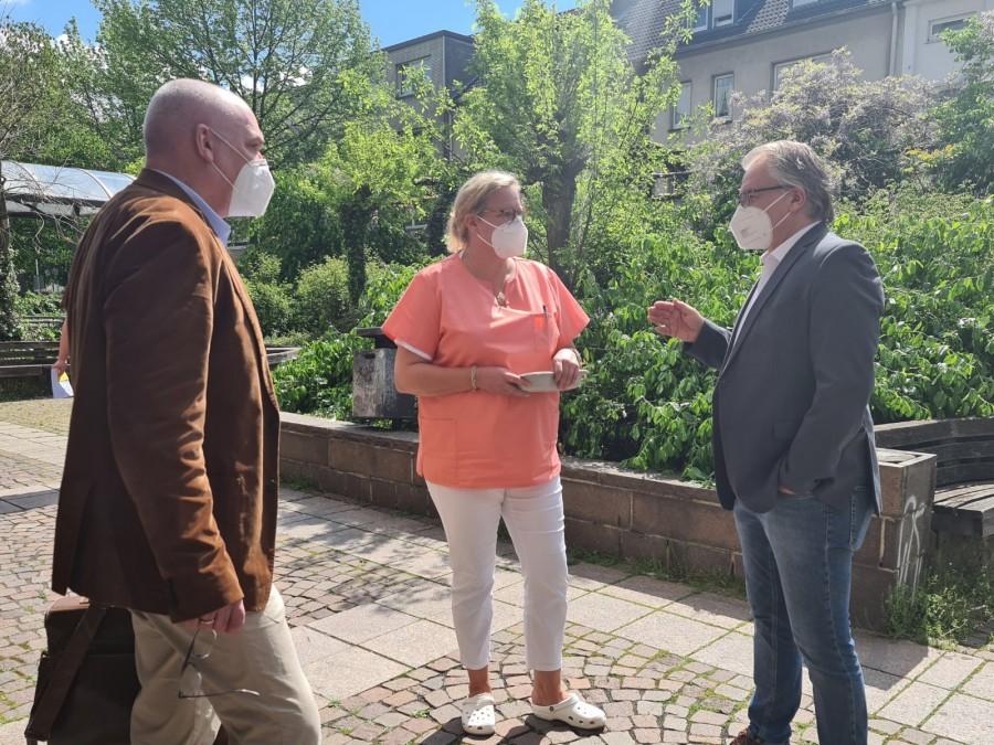Das Foto ist vor der Praxis Breckling entstanden.Es zeigt Dr. Stephan von Lackum (Kassenärztliche Vereinigung), Dr. Ulrike Breckling und Oberbürgermeister Marc Buchholz - Jasmin Kramer