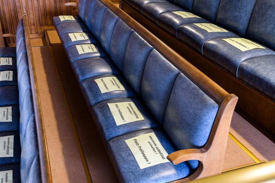 Ausschüsse und Sitzungen der Bezirksvertretungen finden unter Einschränkungen planmäßig statt - Hinweise auf den Sitzen der Ratstribüne - Tobias Grimm