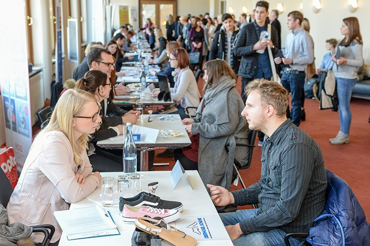 Ausbildung. 2. Azubi-Speed-Dating. Stadthalle. 09.03.2016 Foto: Walter Schernstein