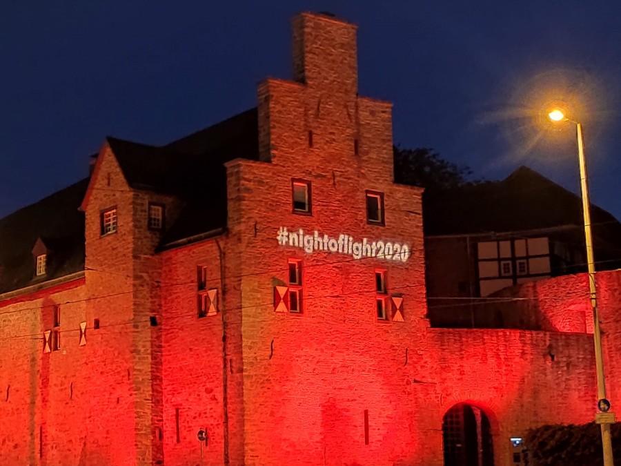 Night of light 2020. In Mülheim und Bundeweit wurden Gebäude mit rotem Licht illuminiert, um auf die dramatische Situation in der Veranstaltungswirtschaft, ausgelöst durch die Corona-Krise, aufmerksam zu machen. Auf dem Bild ist die Vorderseite von Schloß Broich mit rot erleuchtetem Giebel zu sehen. Darauf steht in Leuchtbuchstaben nightoflight2020. - Anna Moczurad/MST