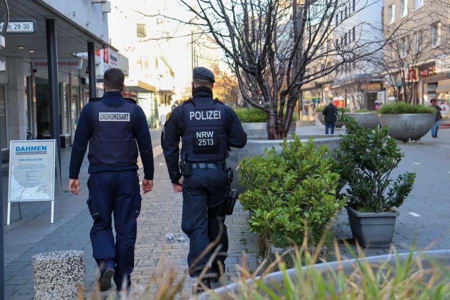Das Mülheimer Ordnungsamt läuft mit Unterstützung der Polizei Streife im Mülheimer Stadtgebiet, um die Einhaltung der Coronaschutz-Maßnahmen zu kontrollieren. Auf dem Foto befinden sich zwei uniformierte Ordnungshüter, die auf der Einkaufsstraße Schlossstraße laufen. - Sarah Sternol
