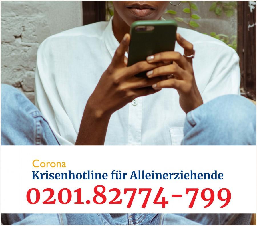 Junge Frau mit einem Handy in der Hand und dem Schriftzug Corona Krisenhotline für Alleinerziehende vom VAMV NRW und der Telefonnummer. - Gleichstellungstelle / Bild: VAMV NRW