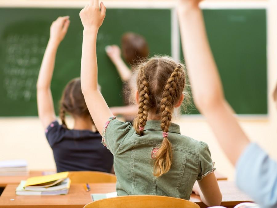 Schule, Schulstart, Unterrichtsbeginn, Schülerinnen, Lehrerinnen - Canva