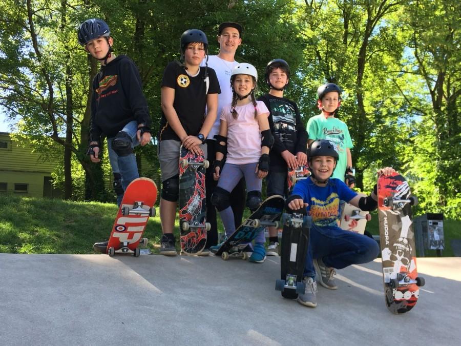 Das Foto zeigt die Teilnehmer/innen des Skateboardkurses. - TrendSport Mülheim