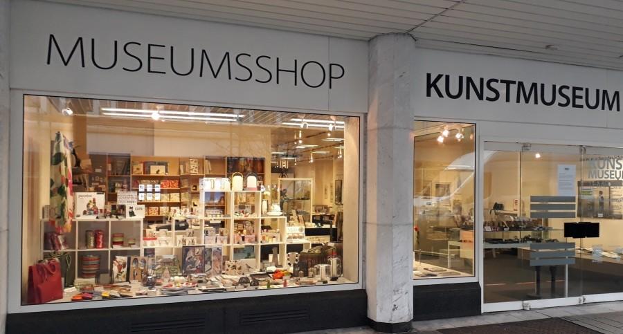 Auf dem Bild ist der Eingangsbereich des Kunstmuseums Temporär zu sehen, sowie das Schaufenster des Museumsshops. - Kunstmuseum Mülheim an der Ruhr