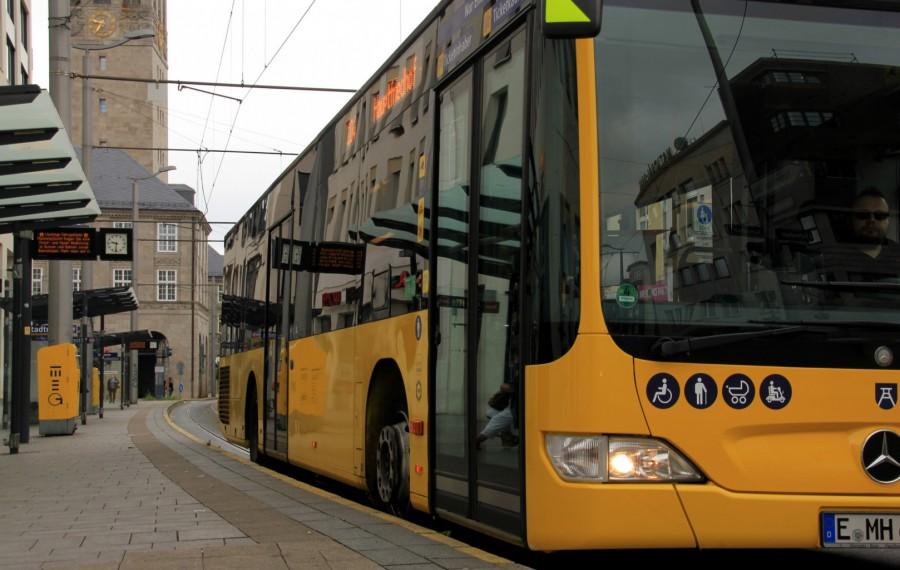 Busse der Ruhrbahn. Das Foto zeigt einen gelben Bus in der Vorderansicht an der Haltestelle Stadmitte. Im Hintergrund sieht man noch Ausschnitte des Rathausturms. - Sabine Meier