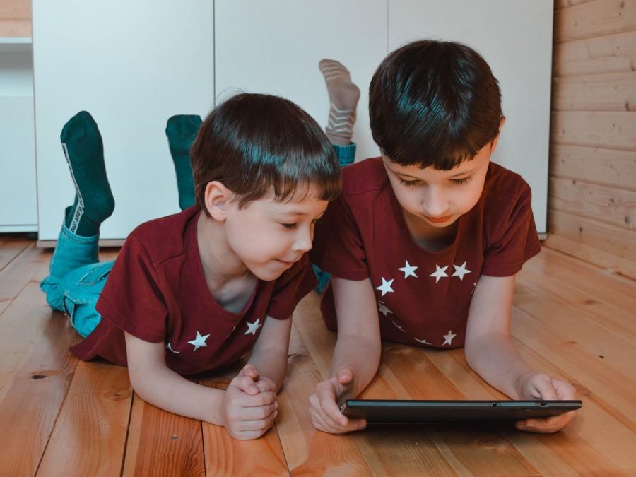 Kinder schauen sich musikalische Videos an. - Pixabay - Victoria Borodinova