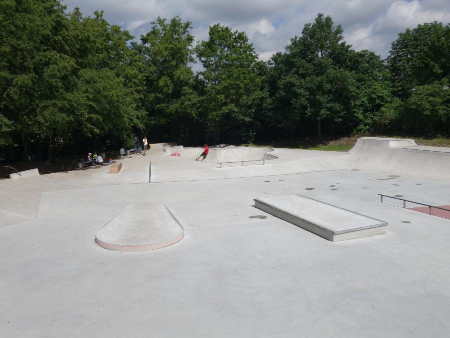 Dieses Foto zeigt den Skatepark Südstraße in Mülheim an der Ruhr bei bestem Wetter. - TrendSport Mülheim