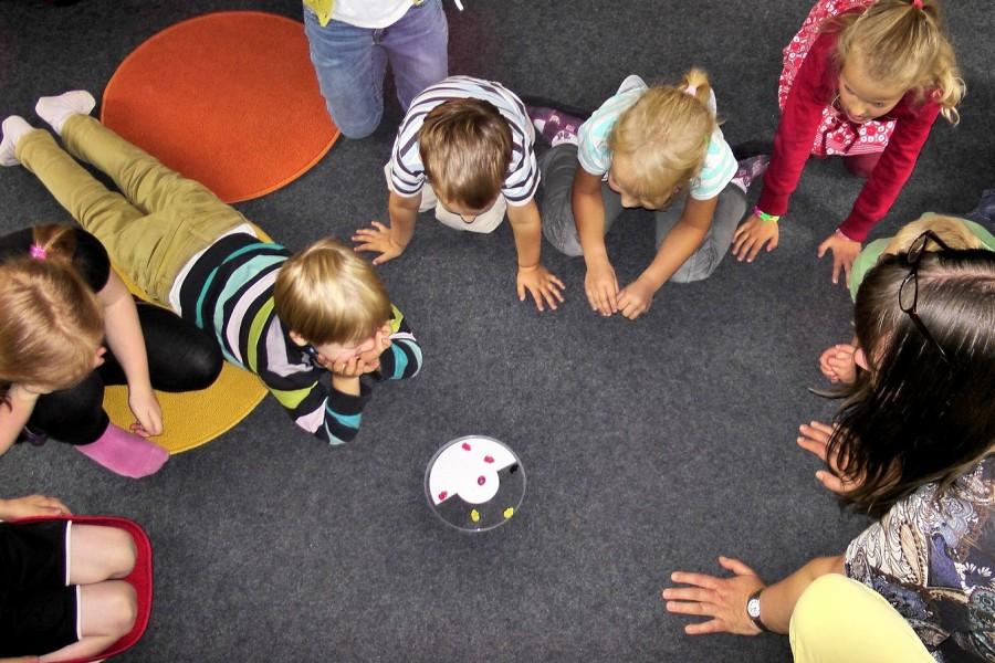 Betreuerin spielt mit Kindern. Kindertagespflegepersonen, Kinderbetreuung - Pixabay