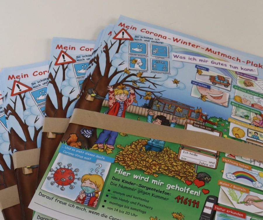 Auf dem Fotos sind die Corona-Winter-Mutmach-Plakate abgebildet. Sie werden an den Grundschulen und Kitas verteilt. - Jasmin Kramer