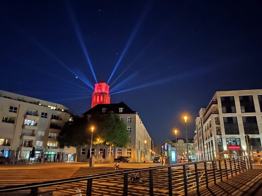 Night of light 2020. In Mülheim und Bundeweit wurden Gebäude mit rotem Licht illuminiert, um auf die dramatische Situation in der Veranstaltungswirtschaft, ausgelöst durch die Corona-Krise, aufmerksam zu machen. Auf dem Bild ist der Rathausturm rot erleuchtet aus Perspektive des Stadthafens zu sehen und strahlt auf die Gebäude in der Umgebung, wie das Historische Rathaus, das StadtQuartier Schloßstraße (SQS) und die Ruhrpromenade. Im Vordergrund die Treppe am Stadthafen. - Anna Moczurad/MST